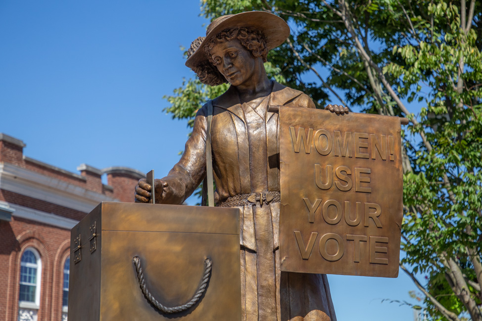 Women's suffrage sculpture in Clarksville by Roy Butler